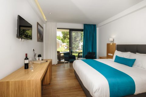 Deluxe double room with pool view and side sea view